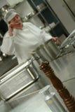 Chef faisant cuire dans la cuisine Images libres de droits