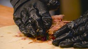 Chef faisant cuire le burito mexicain à la cuisine banque de vidéos