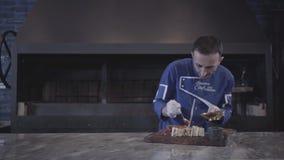 Chef faisant cuire le chiche-kebab savoureux enveloppé dans le pain pita de lavash dans la fin moderne de restaurant  Cuisine tur clips vidéos