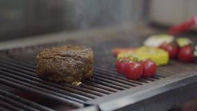 Chef faisant cuire le légume et le rassemblement sur le gril dans le plan rapproché de cuisine de restaurant Faites cuire griller banque de vidéos