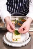 Chef faisant cuire le lasagne de fruits de mer Image stock
