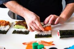 Chef faisant des sushi dans la barre photo libre de droits
