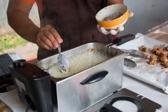Chef faisant frire des champignons Photos libres de droits