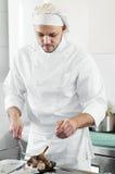 Chef faisant frire le bifteck de boeuf sur le gril Photographie stock