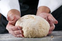 Chef faisant la pâte Images libres de droits