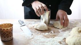 Chef faisant le gâteau de Pâques banque de vidéos