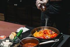 Chef faisant les fajitas ou les fajitos frais sains avec du boeuf Facile, mais savoureux, sain Nourriture mexicaine nationale, og Photo stock