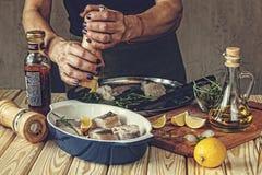 Chef, Fisch, die Fische kochend und bereiten Fische, Fischgericht, Bestandteil vor Stockbild