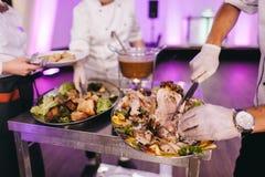 Chef, Fleisch goss Alkohol und Satzfeuer zu stockfotografie