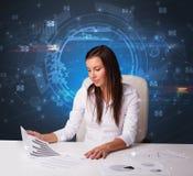 Chef framme av kontorsskrivbordet med kommunikationsbegrepp arkivbild