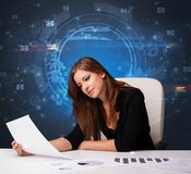 Chef framme av kontorsskrivbordet med kommunikationsbegrepp arkivfoton