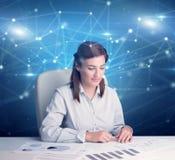 Chef framme av kontorsskrivbordet med sammanl?nkningsbegrepp arkivbild