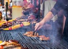 Chef grillt perfektes Steak auf Roheisengitter lizenzfreies stockbild