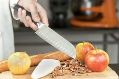 Chef hält Messer, Seite an Lizenzfreie Stockbilder