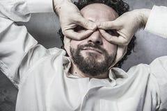 Chef händer som en maskering, man i den vita skjortan med roligt uttryck Royaltyfri Bild