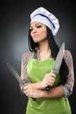 Chef hispanique de dame avec des couteaux photos libres de droits