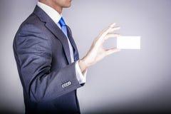 Chef i dräkten som rymmer ett affärskort Arkivfoto