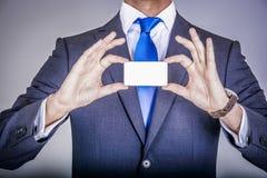 Chef i dräkten som rymmer ett affärskort Fotografering för Bildbyråer