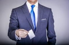 Chef i dräkten som rymmer ett affärskort Arkivbild