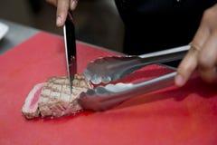 Chef ist Diagrillthunfisch mit Messer Stockbilder