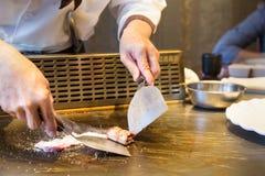 Chef japonais de plat de Teppanyaki Photographie stock libre de droits