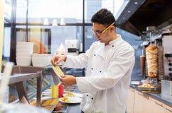 Chef am Kebabshop Stockfotografie