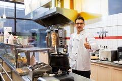 Chef am Kebabshop, der sich Daumen zeigt Lizenzfreie Stockfotos