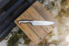 Chef Knife auf dem hölzernen Stuhl Lizenzfreies Stockfoto