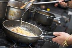Chef kocht Spaghettis alla vongole Stockfoto