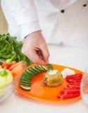 Chef-kok Adding Parsley aan een Gevulde Peper stock afbeelding