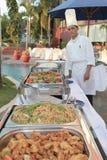 Chef-kok bij buffet royalty-vrije stock fotografie