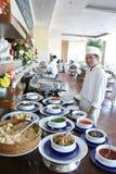 Chef-kok bij buffetrestaurant royalty-vrije stock foto