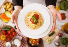 Chef-kok bij het werk kokende deegwaren royalty-vrije stock afbeeldingen