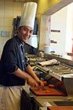 Chef-kok bij restaurantkeuken Stock Afbeeldingen
