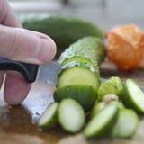Chef-kok Chopping Cucumber stock afbeeldingen