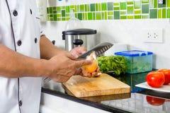 Chef-kok Chopping Onion stock afbeelding