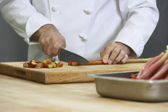 Chef-kok Chopping Rhubarb royalty-vrije stock afbeelding