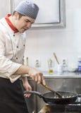 Chef-kok Cooking Pasta Stock Afbeeldingen