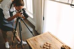 Chef-kok die beelden van dessert nemen stock foto
