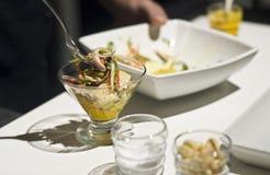 Chef-kok die ceviche voorbereidingen treffen Royalty-vrije Stock Afbeelding