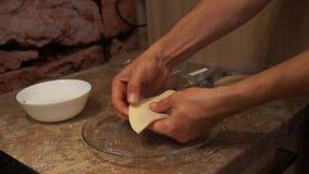 Chef-kok die cheburek voorbereidingen treffen Het koken procédé Kokende pasteien Klaar voorbereidingen te treffen stock video