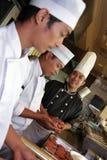 Chef-kok die in de keuken werkt Royalty-vrije Stock Fotografie