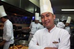 Chef-kok die in de keuken werkt Stock Fotografie