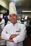 Chef-kok die in de keuken werkt Stock Foto