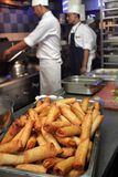 Chef-kok die in de keuken werkt Royalty-vrije Stock Foto