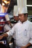 Chef-kok die in de keuken werkt Royalty-vrije Stock Foto's