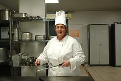 Chef-kok die de messen scherpt Stock Afbeeldingen