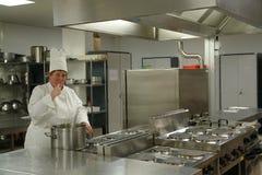 Chef-kok die de schotel proeft Stock Fotografie