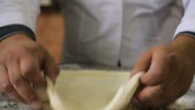 Chef-kok die deeg voor khachapuri, kaasbrood en nationaal voedsel van Georgië voorbereiden stock footage
