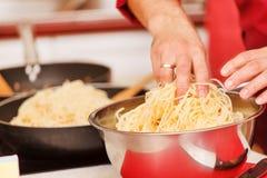 Chef-kok die deegwaren voorbereidt Stock Foto's